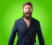 Giovane uomo dei pantaloni a vita bassa con la barba e la camicia Immagini Stock Libere da Diritti