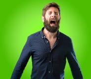 Giovane uomo dei pantaloni a vita bassa con la barba e la camicia Immagini Stock