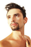 Giovane uomo del brunette con un taglio di capelli alla moda Fotografie Stock Libere da Diritti