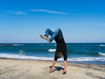Giovane uomo del parkour che fa vibrazione o salto mortale Fotografie Stock Libere da Diritti