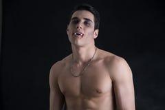 Giovane uomo del vampiro senza camicia, Gesturing alla macchina fotografica Fotografie Stock Libere da Diritti