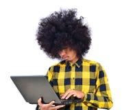 Giovane uomo dell'allievo che lavora con il calcolatore Fotografia Stock Libera da Diritti