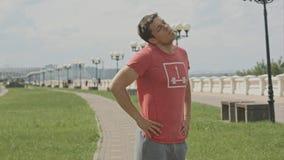 Giovane uomo dell'atleta che fa allungando scaldarsi prima del pareggiare all'aperto Fotografie Stock Libere da Diritti