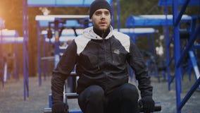 Giovane uomo dell'atleta che fa esercizio alla palestra all'aperto nel parco di inverno Immagini Stock Libere da Diritti