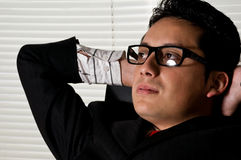 giovane uomo dell'imprenditore che si distende nell'ufficio Immagini Stock