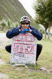 Giovane uomo della bicicletta al segno di destinazione Fotografia Stock Libera da Diritti