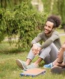 Giovane uomo dello studente con capelli alla moda in città universitaria Fotografia Stock