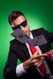 Giovane uomo di affari che getta un accoppiamento degli assi Fotografia Stock