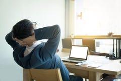 Giovane uomo di affari che ha un poco resto dopo lavoro in ufficio Fotografie Stock