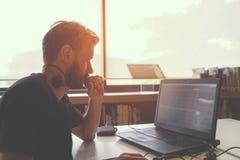 Giovane uomo di affari che lavora al suo computer portatile Fotografia Stock Libera da Diritti