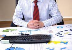 Giovane uomo di affari che lavora in un ufficio Fotografie Stock
