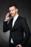 Giovane uomo di affari che parla sullo smartphone Fotografie Stock