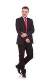 Giovane uomo di affari che posa sul fondo bianco dello studio Fotografia Stock Libera da Diritti