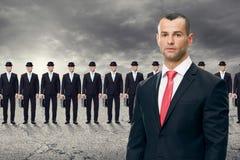 Giovane uomo di affari che sta davanti al suo gruppo Fotografia Stock Libera da Diritti