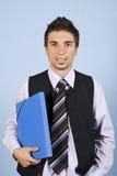 Giovane uomo di affari con il dispositivo di piegatura Immagini Stock