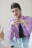 Giovane uomo di affari da solo nella sala per conferenze Fotografie Stock