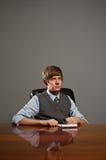 Giovane uomo di affari nella scrittura di riunione in blocchetto per appunti Immagine Stock