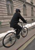 Giovane uomo di affari su una bicicletta fotografia stock