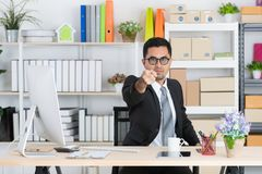Giovane uomo di affari sul lavoro immagini stock libere da diritti