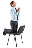 Giovane uomo di affari sulla sua preghiera delle ginocchia Immagini Stock