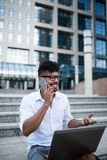Giovane uomo di affari sulla via della città immagini stock libere da diritti