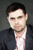 Giovane uomo di affari in vestito grigio Fotografia Stock