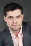 Giovane uomo di affari in vestito grigio Fotografie Stock