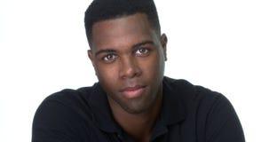 Giovane uomo di colore attraente che esamina macchina fotografica fotografia stock