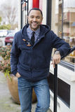 Giovane uomo di colore che si leva in piedi con il braccio sull'inferriata Fotografia Stock