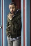 Giovane uomo di colore che si leva in piedi in porta blu Immagine Stock Libera da Diritti