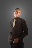Giovane uomo di colore in vestito su Grey Fotografia Stock Libera da Diritti