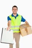Giovane uomo di consegna sorridente immagini stock