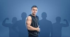 Giovane uomo di forma fisica che sta obliquo e che mostra pollice su Immagine Stock