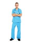 Giovane uomo di medico con lo stetoscopio ed attraversato fotografie stock