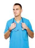 Giovane uomo di medico con lo stetoscopio ed attraversato fotografia stock libera da diritti