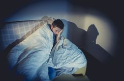 Giovane uomo di sguardo malato che soffre disturbo mentale o depressione Immagini Stock Libere da Diritti