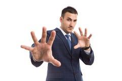 Giovane uomo di vendite o dell'uomo d'affari con gesturing difensivo immagine stock