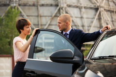 Giovane uomo e donna di affari che parlano all'automobile Fotografia Stock Libera da Diritti