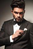 Giovane uomo elegante di affari che ripara il suo jacke fotografie stock libere da diritti