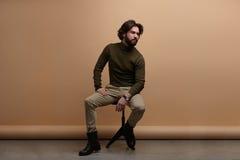 Giovane uomo elegante in studio Fotografie Stock