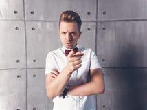 Giovane uomo emozionale serio attraente in camicia e burro bianchi fotografia stock