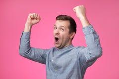 Giovane uomo europeo felice che gesturing e che sorride fotografia stock libera da diritti