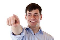 Giovane uomo felice che indica con la barretta in avanti Fotografie Stock Libere da Diritti