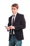 Giovane uomo felice che tiene telefono mobile Immagini Stock