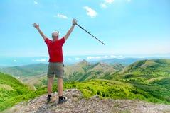 Giovane uomo felice con l'escursione del bastone fotografie stock libere da diritti