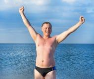 Giovane uomo felice sulla spiaggia Immagine Stock Libera da Diritti
