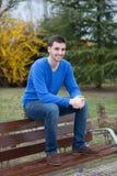 Giovane uomo fresco che si siede nel parco Immagini Stock Libere da Diritti