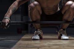 Giovane uomo muscolare che fa allenamento del bilanciere Immagini Stock Libere da Diritti