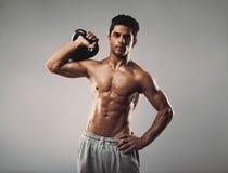 Giovane uomo muscolare che fa allenamento del crossfit Fotografia Stock Libera da Diritti