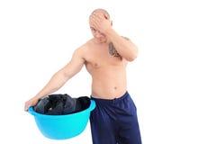 Giovane uomo muscolare che fa lavanderia Fotografia Stock Libera da Diritti